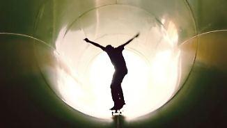 Spaß dank Wartungsarbeiten: Skateboarder sausen riesige Wasserrutsche hinunter