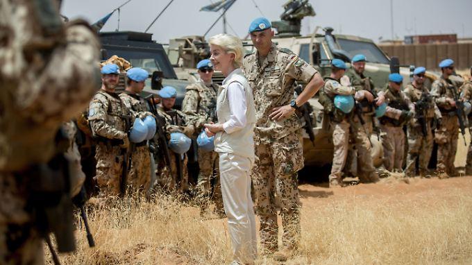 Damit Deutschland seine internationalen Verpflichtungen erfüllen kann, will Kanzlerin Merkel den Verteidigungshaushalt massiv aufstocken.