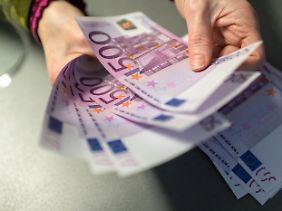 Die Debatte um Bargeldobergrenzen und eine Abschaffung des 500-Euro-Scheins gefährdet nach Ansicht von Experten das Vertrauen in die Gemeinschaftswährung.