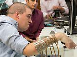 Signale vom Gehirn in den Arm: Gelähmter kann Hand per Chip steuern