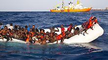 Etwa 30 Menschen können gerettet werden.