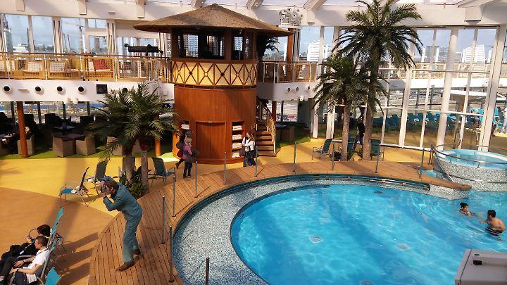 Im Beach Club können die Gäste überdacht baden. Wenn das Schiff voll besetzt ist, könnte es aber eng werden.