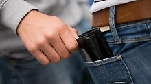 Kurz abgelenkt - und schon ist die Geldbörse weg: Wer die Tricks der Taschendiebe kennt, kann sich besser schützen.