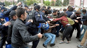 Vor dem Parlament in Ankara kommt es zu Zusammenstößen zwischen Demonstranten und der Polizei.