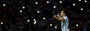 Dürfen wir vorstellen: Lionel Messi, Blitzlichtgestalt. Soeben hat er beim 2:0 im WM-Qualifikationsspiel gegen Bolivien sein 50. Tor für Argentinien erzielt.
