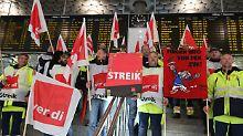 Streikende Verdi-Mitglieder am Flughafen Hannover-Langenhagen.