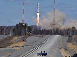 Die erste Sojus-Rakete hebt von Russlands neuem Weltraumbahnhof Wostotschny ab.