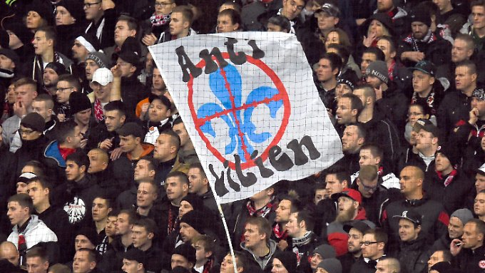 Manche Fans von Eintracht Frankfurt sind auf die Darmstädter Anhänger offensichtlich nicht besonders gut zu sprechen.
