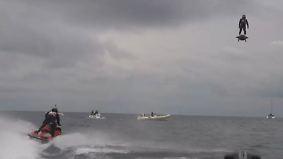 Weltrekord statt Fake: Franzose schwebt mit Flyboard über dem Wasser