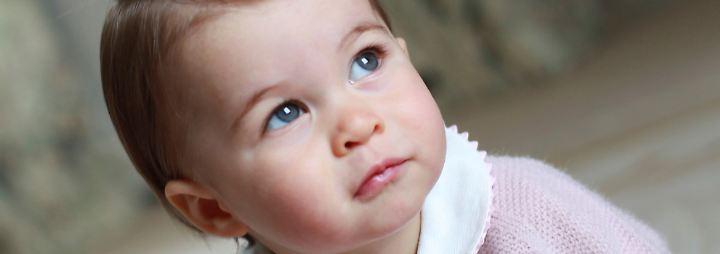 Pünktlich zum ersten Geburtstag von Prinzessin Charlotte veröffentlicht der britische Kensington Palast neue Fotos der kleinen Tochter von Prinz William und Kate.