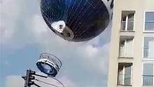 Der Ballon musste erst auspendeln, bevor ihn der Pilot zu Boden bringen konnte.