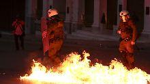Einige Randalierer warfen Brandflaschen in Richtung Polizei.