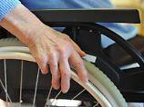 Gefühlsstörungen, Lähmungen, Kraftlosigkeit: Bei den meisten Menschen mit Multipler Sklerose geht der in den Anfangsjahren schubförmige Verlauf irgendwann in eine dauerhaft fortschreitende Form über. Foto: Patrick Pleul
