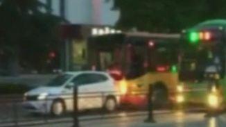 Sturheit trifft Jähzorn: Busfahrer rammt Pkw von Busspur und tickt aus