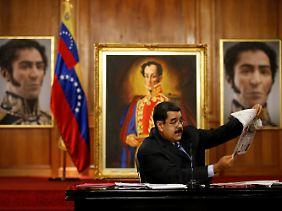 Nicolás Maduro vor dem Gemälde des südamerikanischen Unabhängigkeitskämpfers Simon Bolivar.