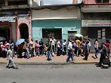 Menschen stehen in Caracas Schlange, um Lebensmittel zu kaufen.