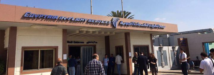 In Kairo richtet die Fluggesellschaft ein Krisenzentrum für die Angehörigen der Passagiere ein. An Bord waren nach Angaben von Egypt Air 30 Ägypter, 15 Franzosen, ein Brite und ein Belgier, zwei Iraker, ein Kuwaiter und ein Saudi-Araber.