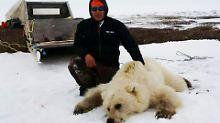 Die Inuit jagen Bären, um sich mit Fell und Fleisch zu versorgen. Hier Didji Ishalook mit seiner Beute.