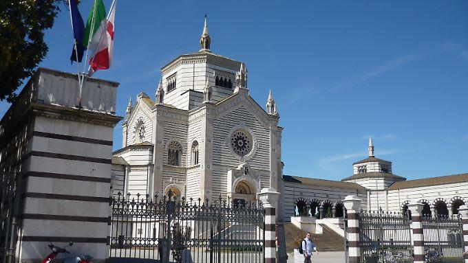 """Der Eingang zum großen Friedhof """"Cimitero Monumentale"""": Ein imposantes Bauwerk, das man kostenlos anschauen kann."""