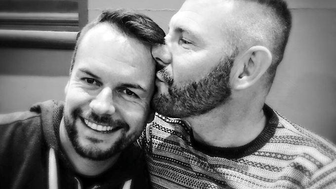 """Lee Baxter (l.) und sein Freund Jeff, dem er die Single """"Rainbow"""" gewidmet hat."""