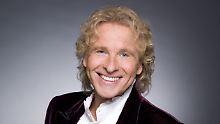 Seit Jahrzehnten steht Thomas Gottschalk mit blonden Locken und ausgefallenen Anzügen vor der Kamera.