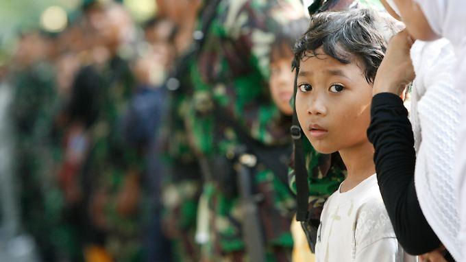Bisher wurden Vergewaltigungen in Indonesien mit einer Höchststrafe von 14 Jahren belegt.