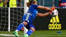 Sarah Bouhaddi macht den Traum der Wolfsburgerinnen zunichte.
