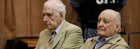 Argentniens Ex-Diktator Reynaldo Bignone (l.) und dessen damaliger General Santiago Riveros (hier bei einem Prozesstermin im Jahr 2014) wurden zu langjährigen Haftstrafen verurteilt.