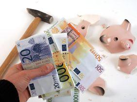 Ersparnisse wachsen lassen? Das Sparschwein ist nach Expertenmeinung die schlechteste Form, um für den Nachwuchs Geld anzulegen.
