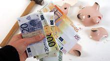 Wenig Zinsen, mehr Gebühren: Schlechte Zeiten für Bankkunden