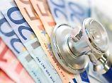 Teure Krankenversicherung: Vor allem ältere Privatversicherte wechseln offenbar immer häufiger in günstigere Basis- und Standardtarife. Foto:Franziska Gabbert