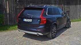 Von der Rückseite besehen wirkt der Volvo XC90 noch wuchtiger.