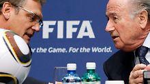 Taschen voll: Jérôme Valcke und Joseph Blatter.