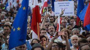 """Ruf nach """"Freiheit, Gleichheit, Demokratie"""": Zehntausende Polen demonstrieren gegen ihre Regierung"""