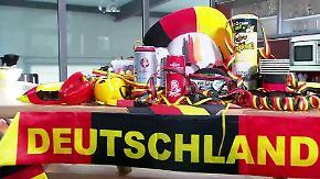 Kartoffelsalat, Ballkleid, Perücken: Deutschland versinkt im Fanartikel-Meer