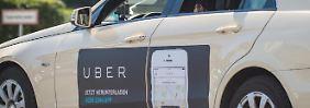 """Ein Taxi mit Werbung der App """"Uber"""" in Berlin. Foto: Florian Gaertner"""