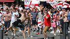 Hunderte Hooligans verwandeln die Hafengegend in Marseille ...