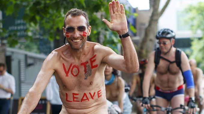 Der britische Wahlkampf hat seine eigenen Gesetze. Dieser EU-Gegner nutzt eine Nackt-Fahrrad-Demonstration in London für seine Botschaft.