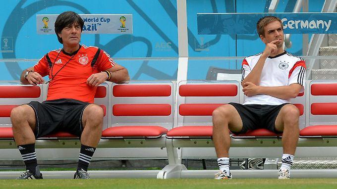 Philipp Lahm (r.) neben Joachim Löw während der WM in Brasilien. Nach dem Titelgewinn trat Lahm zurück.