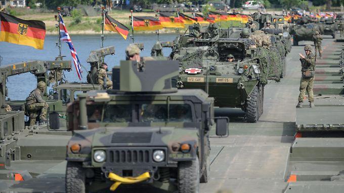 """Bei der Übung """"Anakonda"""" Anfang Juni probte die Nato den Einsatz in Polen. Deutsche und britische Einheiten bauten dabei die weltweit längste amphibische Brücke über die Weichsel."""