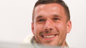 """Podolski über Löws Griff in die Hose: """"80 Prozent von euch kraulen sich auch mal an den Eiern"""""""