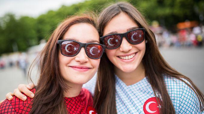 87 Prozent der Türkeistämmigen in Deutschland fühlen sich Deutschland eng verbunden; 85 Prozent sagen dies auch über die Türkei. Diese beiden Damen wurden am vergangenen Sonntag an der Fanmeile in Berlin fotografiert.