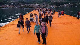 """""""Floating Piers"""" in Norditalien eröffnet: Christo lässt Besucher übers Wasser wandeln"""