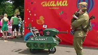Kurioser Umzug in Moskau: Kinderwagen-Parade zieht durch Gorki-Park
