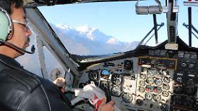 Im Cockpit einer Twin-Otter-Maschine.