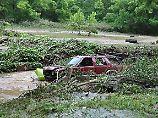 Ein zerstörtes Auto treibt in den Wassermassen vor dem Städtchen Elkview.