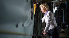 Ursula von der Leyen an Bord eines Bundeswehrhubschraubers: Die Verteidigungsministerin reist nun kurzerhand selbst nach Incirlik.