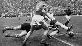 Uwe Seeler versucht den italienischen Schlussmann Lorenzo Buffon zu überwinden.