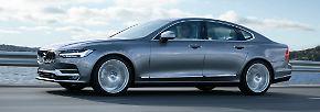 Volvo hat mit dem S90 ab Juli wieder eine große Limousine im Programm: Mit 4,96 Metern überragt der Schwede Wettbewerber wie BMW 5er, Mercedes E-Klasse und Audi A6.