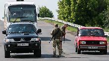 Im Osten der Ukraine herrscht Krieg. Von Russland unterstützte Separatisten kämpfen dort gegen die von der Nato unterstützte ukrainische Armee. Hier ein Kontrollpunkt in der Donezk-Region.